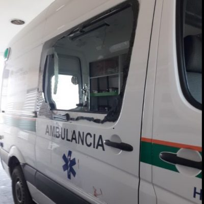 Paciente descontrolado destrozó la ambulancia