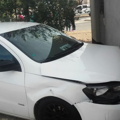 Por violento accidente casi choca con un nicho de gas